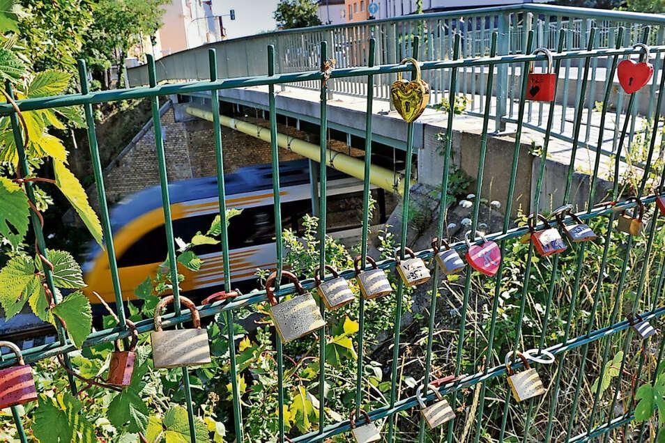 Die Bahnbrücke in Weißwassser ist beliebt bei Paaren, die mit angebrachten Schlössern ihre Verbundenheit bekunden. Trotzdem ist sie gefährlich, muss neu gebaut werden.