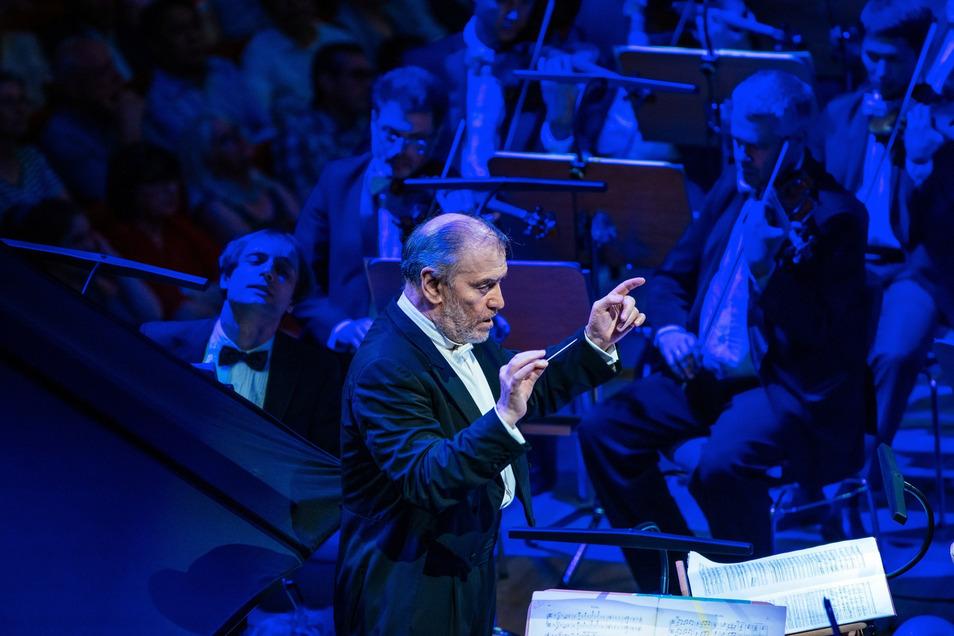 Dirigent Valery Gergiev und sein  Orchester im Dresdner Kulturpalast.