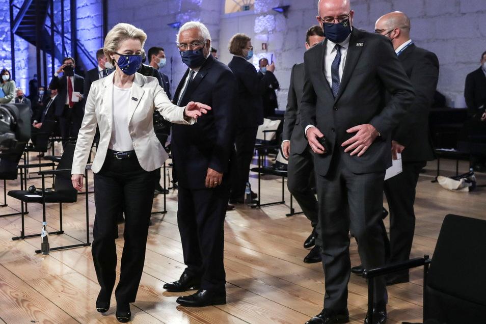 Ursula von der Leyen (l-r), Präsidentin der Europäischen Kommission, Antonio Costa, Ministerpräsident von Portugal, und Charles Michel, Präsident des Europäischen Rates, am Freitag in Porto.
