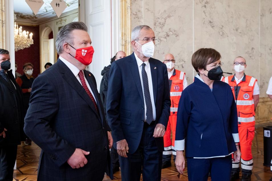 Der Wiener Bürgermeister Michael Ludwig (l-r), Österreichs Bundespräsident Alexander Van der Bellen und dessen Frau Doris Schmidinger stehen mit medizinischen Fachpersonal in der Wiener Hofburg. Van der Bellen hat am Dienstag persönlich die Tür an seinem