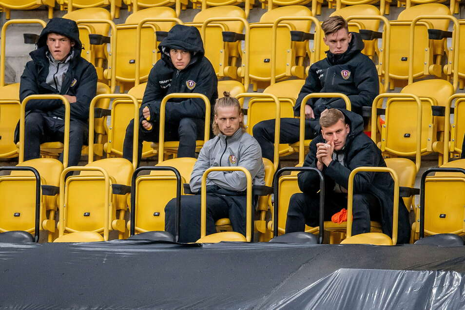 Prominent besetzt ist die Tribüne, wo derzeit die Wechselspieler sitzen - auch Marvin Stefaniak (vorn links).