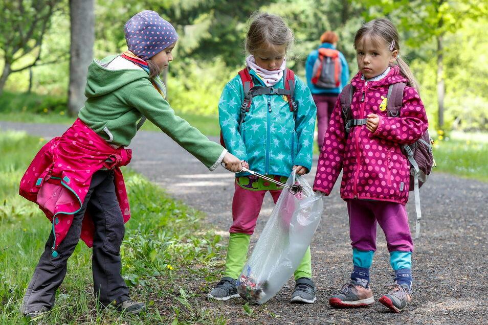 Für einen sauberen Naturpark: Kinder sammeln beim Wandern mit ihren Familien am Sonnabend Müll ein, der ihnen unterwegs begegnet.