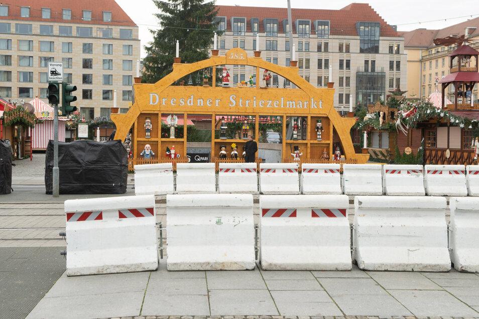 Der Dresdner Striezelmarkt wird auch in diesem Jahr unter anderem mit großen Betonklötzen vor Anschlägen mit Lastern geschützt. Am Mittwochmorgen wurden die Schutzelemente errichtet.