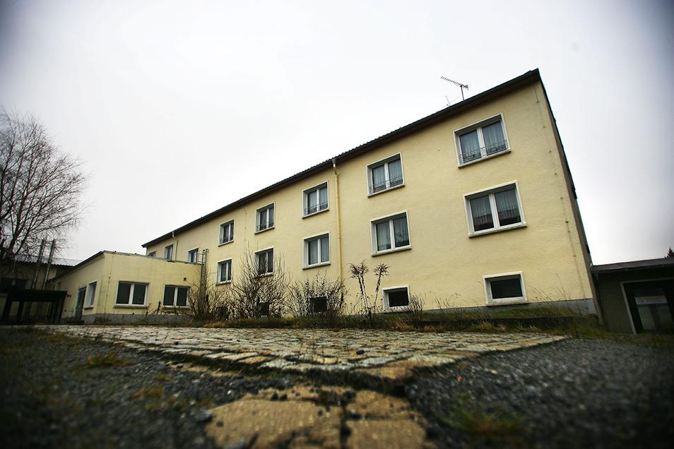 Bis April 2018 waren in diesem Gebäude an der Neukircher Oststraße Asylbewerber untergebracht. Jetzt steht es zum Verkauf.