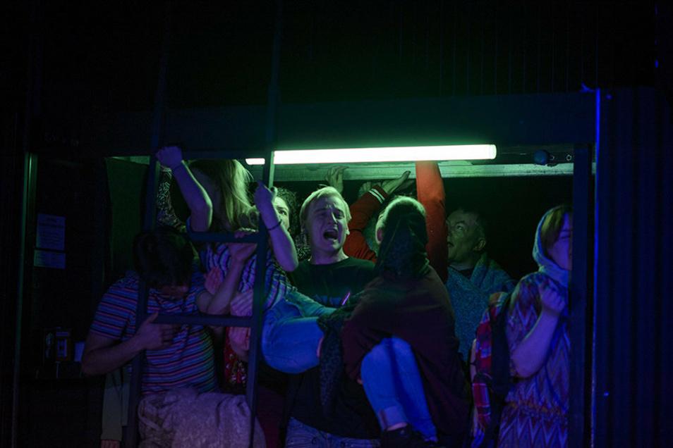 Menschen auf der Flucht: zu siebzigst eingesperrt im Lieferwagen. In der Mitte Paul Nörpel als Anton.