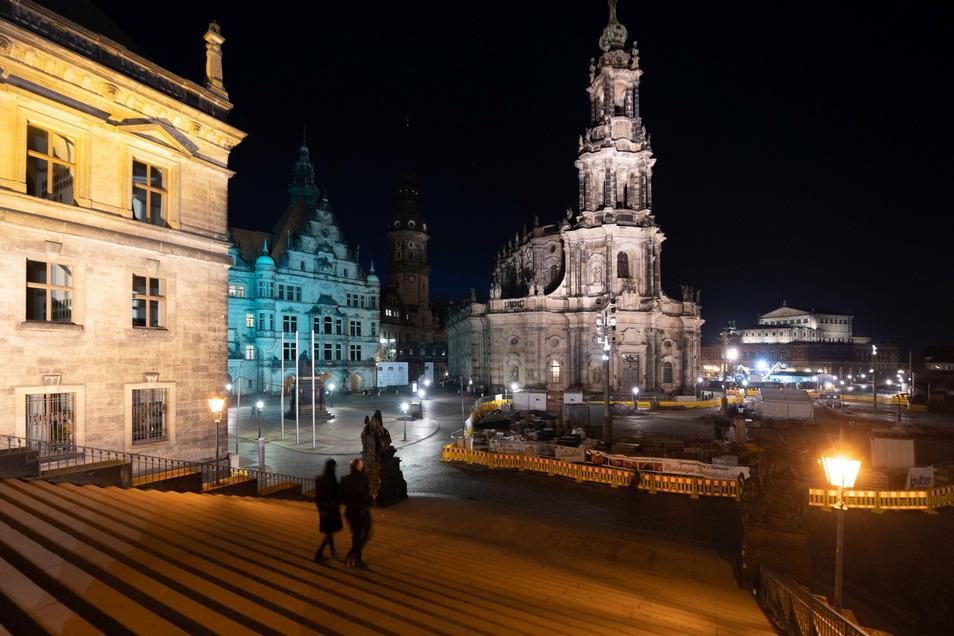 Silvester auf nahezu leeren Dresdner Plätzen und Straßen: Ein einzelnes Paar am Dresdner Schloßplatz.