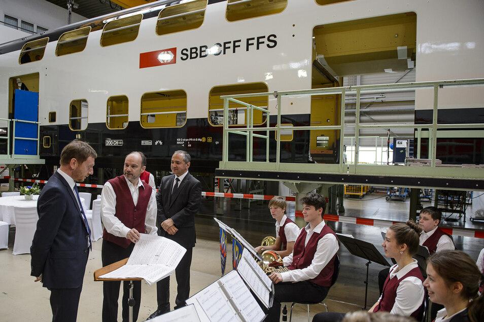 Sachsens Ministerpräsident Michael Kretschmer sah die schicken neuen Wagen beim 170-jährigen Bestehen des Görlitzer Waggonbaus im Frühjahr 2019.