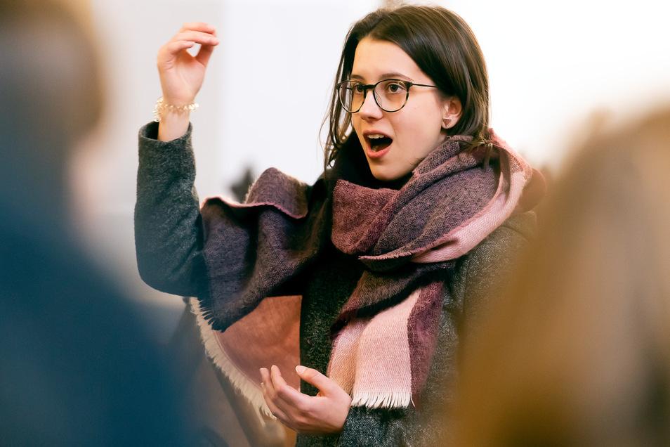 Sie gibt dem Chor des Sorbischen Gymnasiums beim Konzert am Sonnabend im Dom den Takt vor: Thea Zschorlich.