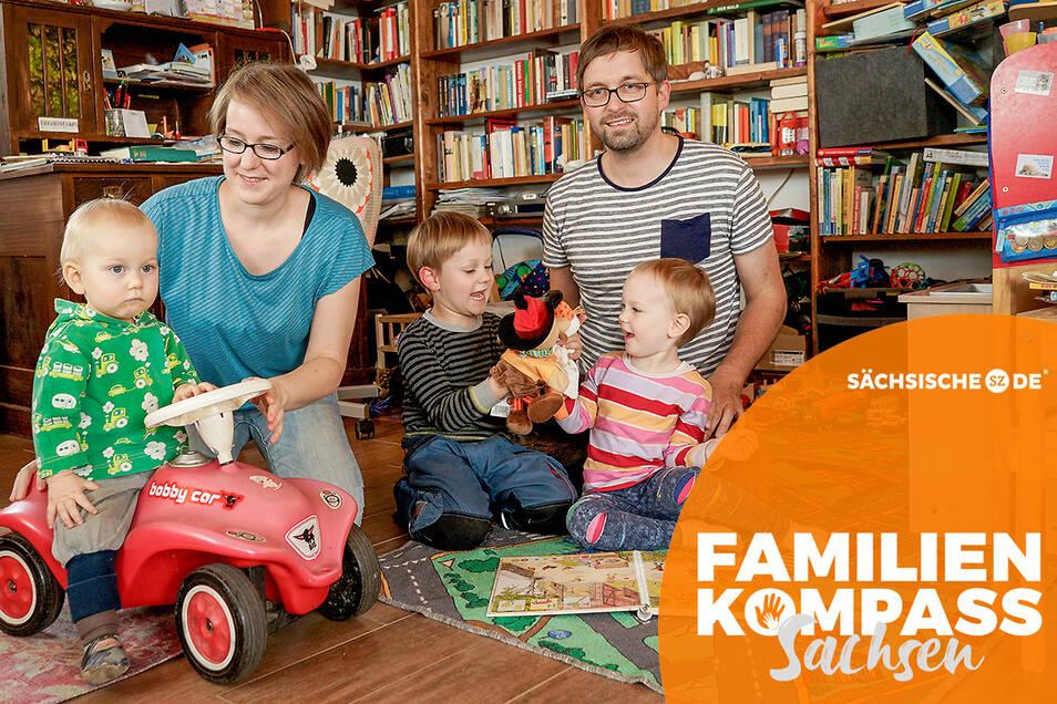 Angela und Markus Kretschmar leben gern mit ihren Kindern Benedikt, Vincent und Friederike (v.l.) in Sohland. Für die Nähe zur Natur und zum eigenen Unternehmen haben beide Abschied vom Leben in der Stadt genommen.
