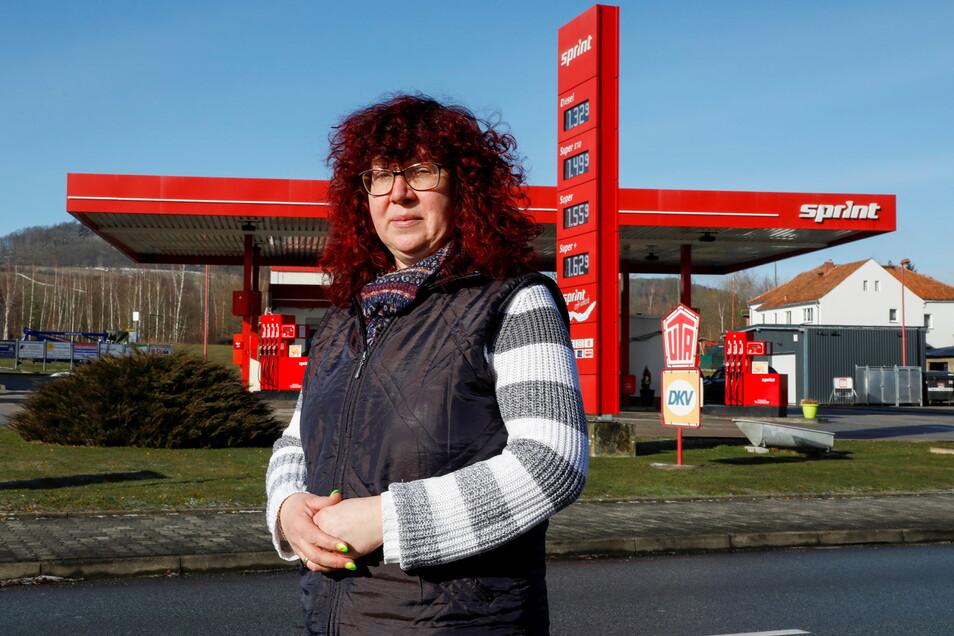 Verena Gaßmayr betreibt mit ihrem Mann die Sprint-Tankstelle an der B96 in Oderwitz. Von geschlossenen Grenzen kann sie nicht unbedingt profitieren.