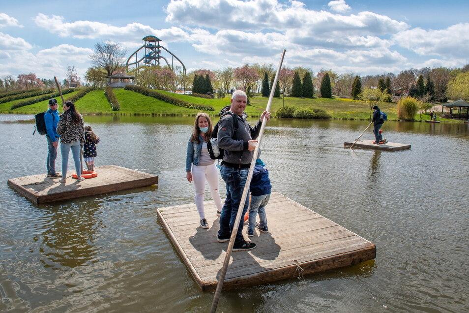 Mit dem Floß über den Teich. Auch das ist seit dem Wochenende in Lichtenau wieder möglich.