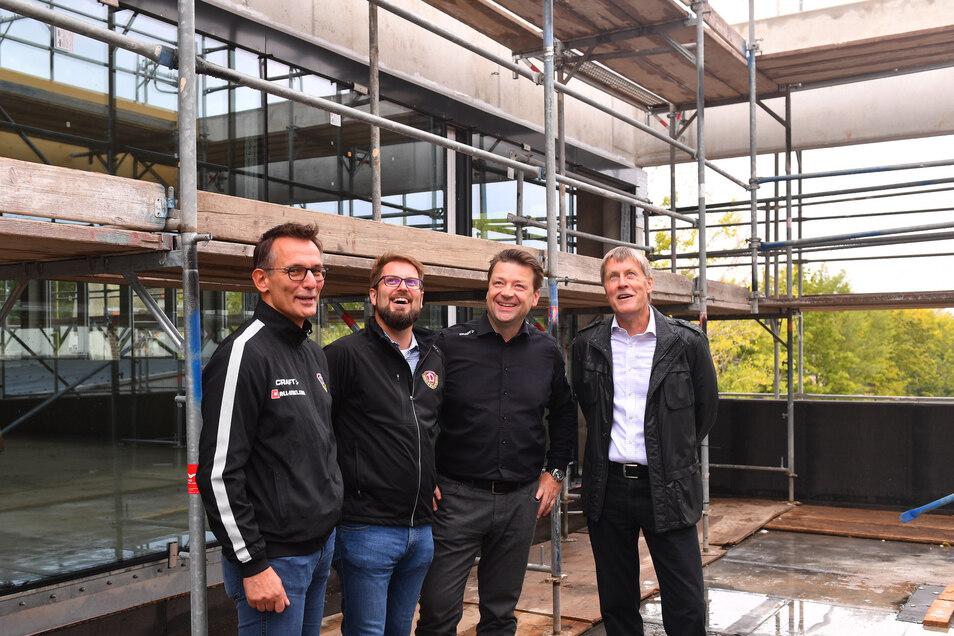 Dynamo-Geschäftsführer Michael Born, Technischer Leiter Sven Hartmann, Präsident Holger Scholze und Bauherr Dr. Ralf Weber (v. l.) gaben Einblicke ins neue Trainingszentrum.