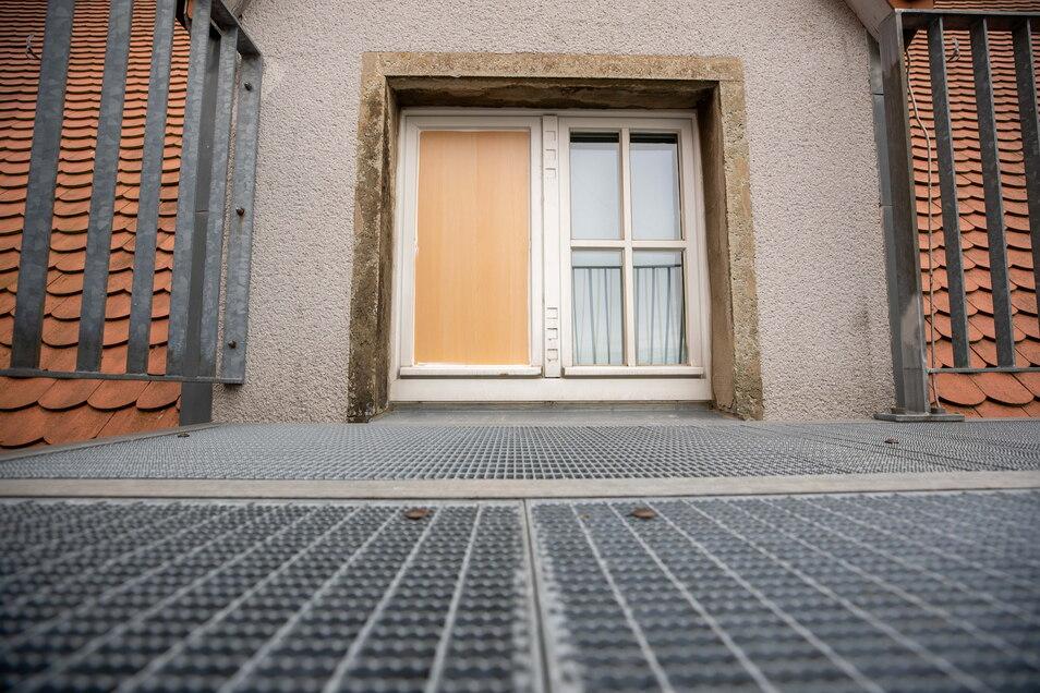 Das ist das Fenster, über das die Täter eingedrungen sind, nach dem Einbruch wurde es mit einer Holztafel gesichert.