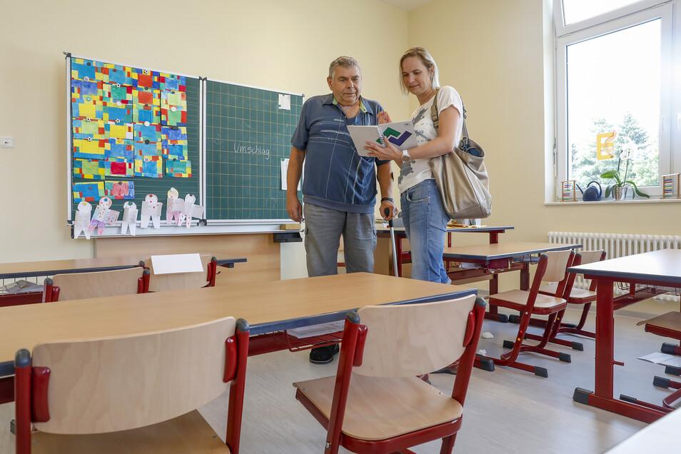 Bürgermeister Günther Ohmann und Rica Hänel vom Bauamt der Gemeinde Olbersdorf stehen in einem der neu gestalteten Klassenräume der Bertsdorfer Grundschule.