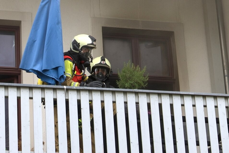 Feuerwehrleute bekämpfen einen Küchenbrand in der Dresdner Neustadt.