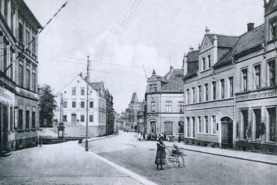 Die historische Ansicht zeigt die Karl-Marx-Straße. Rechts ist das Haus von Peter Faust zu sehen, der dort zuletzt ein Spielwarengeschäft hatte.