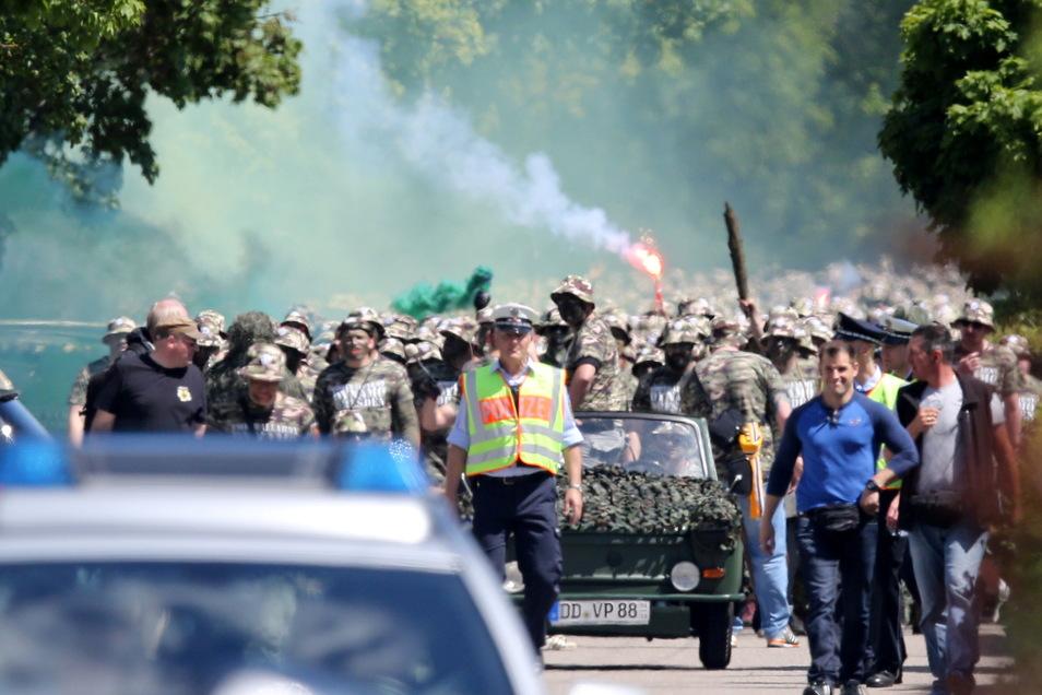 Ein Trabant Kübel führt den Marsch der Dynamo-Fans als Football Army im Mai 2017 in Karlsruhe an. Der Besitzer hat das Fahrzeug nie zurückbekommen.