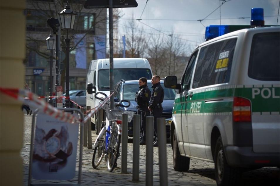 Passanten, die Hinweise zur Ergreifung der Täter geben können, sollen sich unter (0351) 483 22 33 bei der Polizeidirektion Dresden melden.
