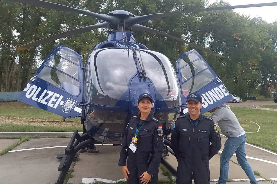 Manuela Uhlig und Silvio Renneberg, Piloten der Bundespolizei, stehen vor einem Helikopter und warten auf ihren Einsatz zur Strahlungsmessung in der Sperrzone.