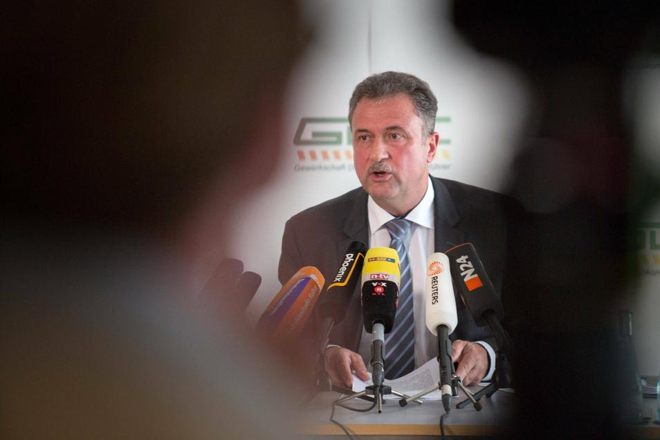 """""""Hier wird Geschichte gemacht"""", wird GDL-Chef Claus Weselsky während der Pressekonferenz im Chat gefeiert. Andere schreiben: """"Es riecht nach Streik."""""""