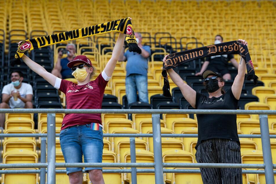 """Sie sind wieder da, auch wenn es weniger sind, als erlaubt gewesen wären: Dynamo-Fans im Stadion. Davor machte eine Initiative mit der Forderung """"Alle oder keiner"""" auf die schwierige Situation der Beschränkungen aufmerksam."""