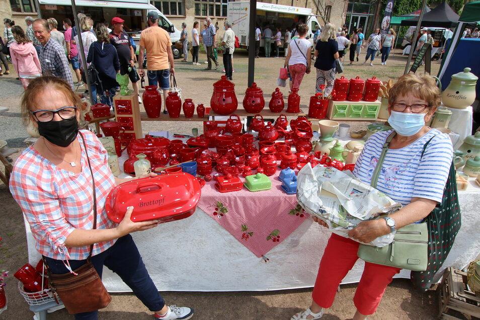 Carola Richter (links) hat Keramik im Angebot. Gerda Wittich hat bei ihr einen Brottopf erstanden.