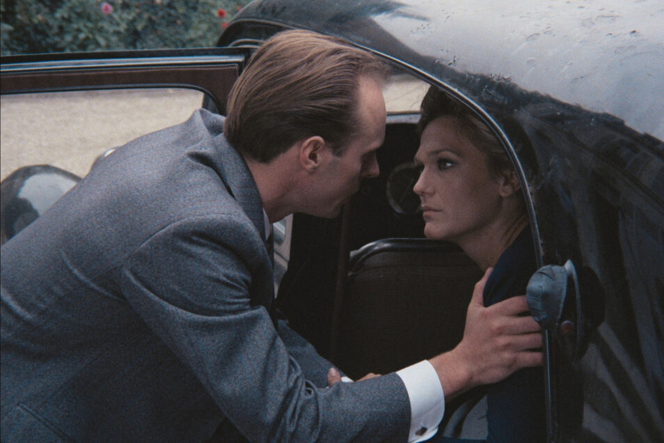 """Der sowjetische Geheimagent mit dem Decknamen """"Kent"""" (Georges Claisse) flieht vor der Gestapo und bringt seine Frau (Rada Rassimov) in Sicherheit. Szene aus der deutsch-französischen TV-Serie """"Die Rote Kapelle"""" von 1972."""