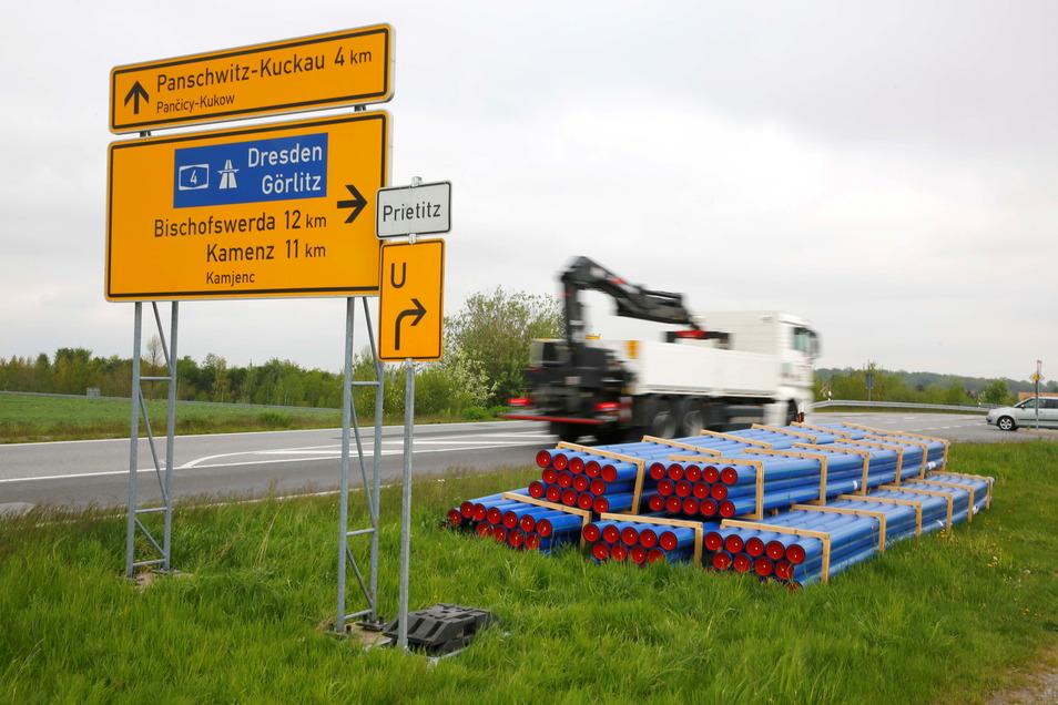 Die Rohre liegen bereit. Der Bau der öffentlichen Trinkwasserleitung nach Kriepitz, einem Ortsteil der Stadt Elstra, hat begonnen.