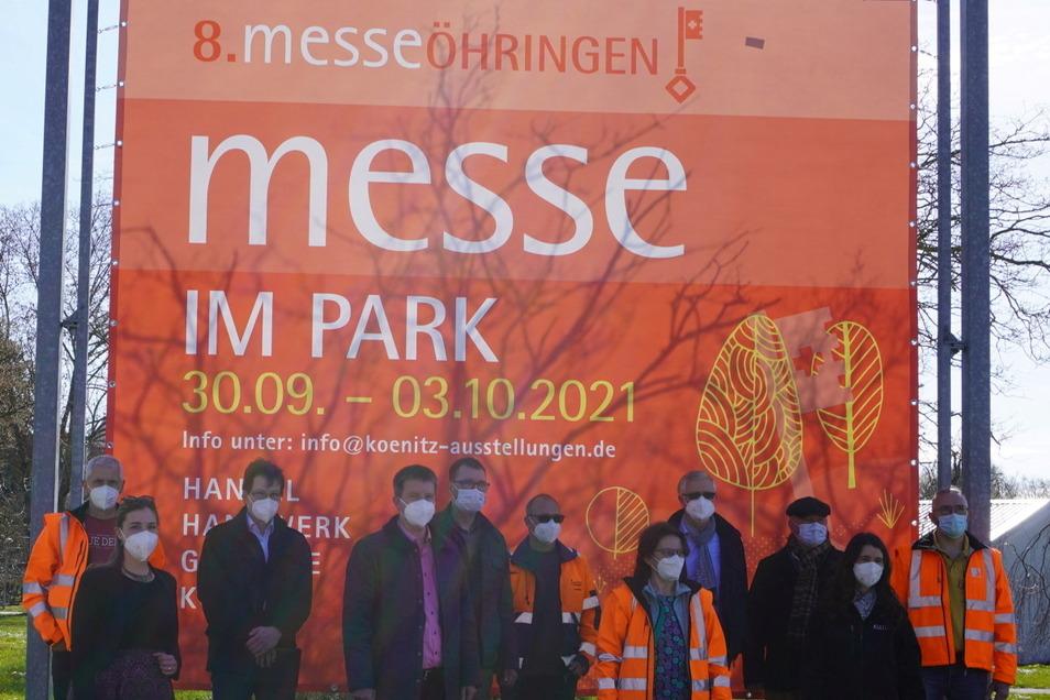 Öhringens Oberbürgermeister Tilo Michler (4.v.l.) mit seinen Kollegen vor der Werbung für die Messe.