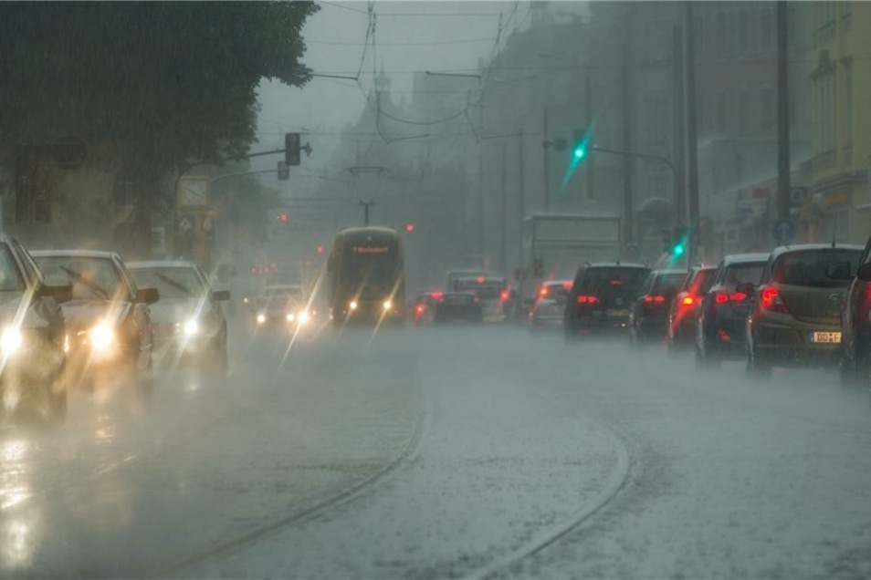 In Dresden setzte der Regen kurz vor 16 Uhr ein.