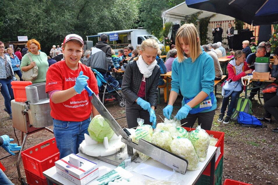 Das Krauthobeln, hier 2017 von Mädchen und Jungen der Lommatzscher Oberschule vorgeführt, gehört natürlich zum Krautmarkt dazu.
