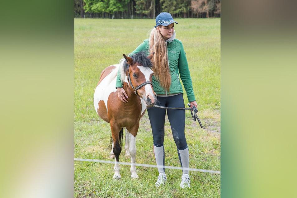 Lea Seehuber ersteigerte für ihren neuen Reiterhof bei Bautzen drei Kleinpferde. Über die Herkunft der Pferde wurde sie ebenso im Unklaren gelassen wie die acht anderen Bieter am Montag.