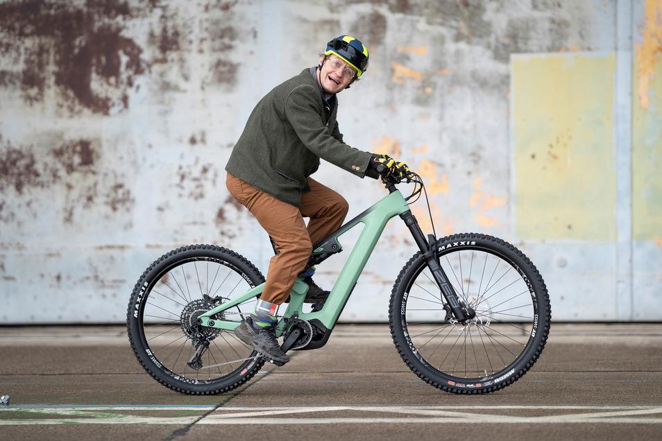 Mountainbiken macht dank Elektroantrieb nicht mehr nur jungen Menschen Spaß, wie Entertainer Wigald Boning beweist. Sein Flyer Uproc 6 8.70 gehört zur Oberklasse. Kaufpreis: knapp 8.600 Euro.