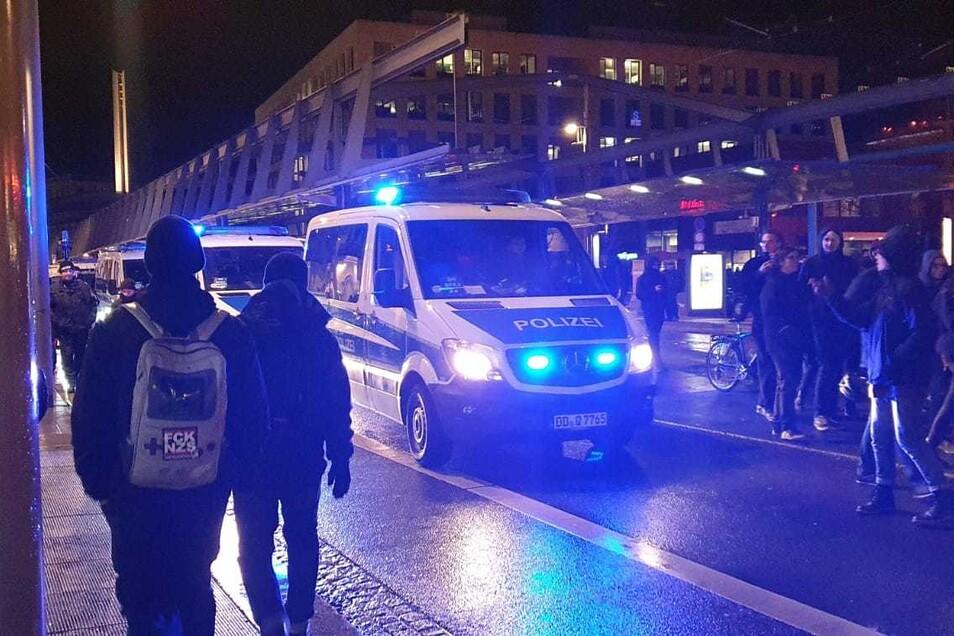 Nach der Menschenkette standen sich am Donnerstag auf der Wilsdruffer Straße zwei Lager gegenüber. Die Polizei hatte viel zu tun.