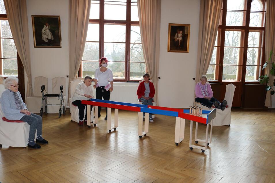 """Beschäftigung in Coronazeiten: Im Seniorenzentrum """"Am Stadtpark"""" in Görlitz rollt auf einer mobilen Kegelanlage im Speisesaal die Kugel. Natürlich mit dem gebotenen Abstand zwischen den Bewohnern."""