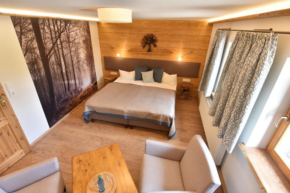 Ein Beispiel für die neu eingerichteten Zimmer im Naturhotel Bärenfels. Die Fotografien an den Wänden hat die Frauensteiner Fotografin Marion Böhme gemacht.