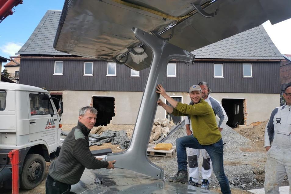 Ursprünglich wollte Erik Herbert (rechts mit Basecap) das Haus im Hintergrund zu Ferienwohnungen umbauen. Dann kam ihm aber die Idee mit dem Flugzeug.