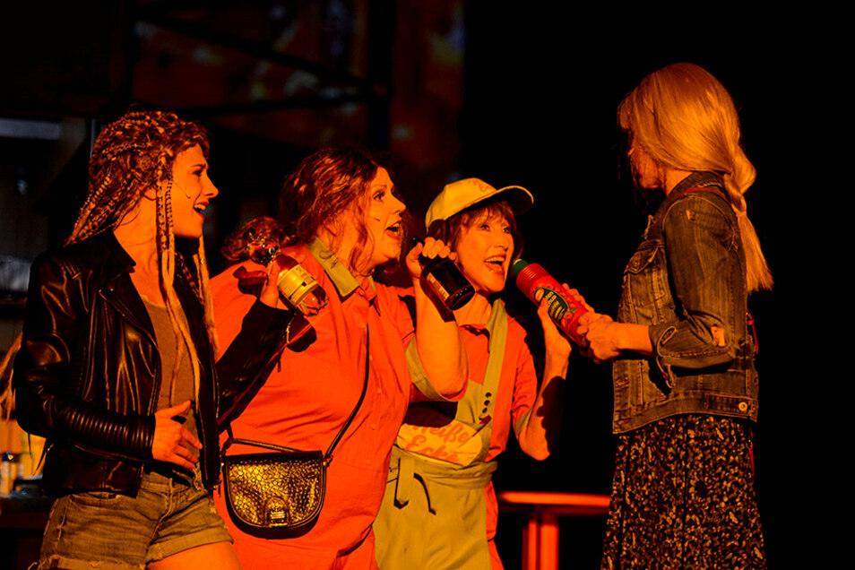 """Auch das Zittauer Ensemble ist sprachlos: Anders als hier wenige Wochen vor Pandemiebeginn, als Martha Pohla, Patricia Hachtel, Sabine Krug und Maria Weber (v. l.) im Musical """"Heiße Ecke"""" begeisterten."""