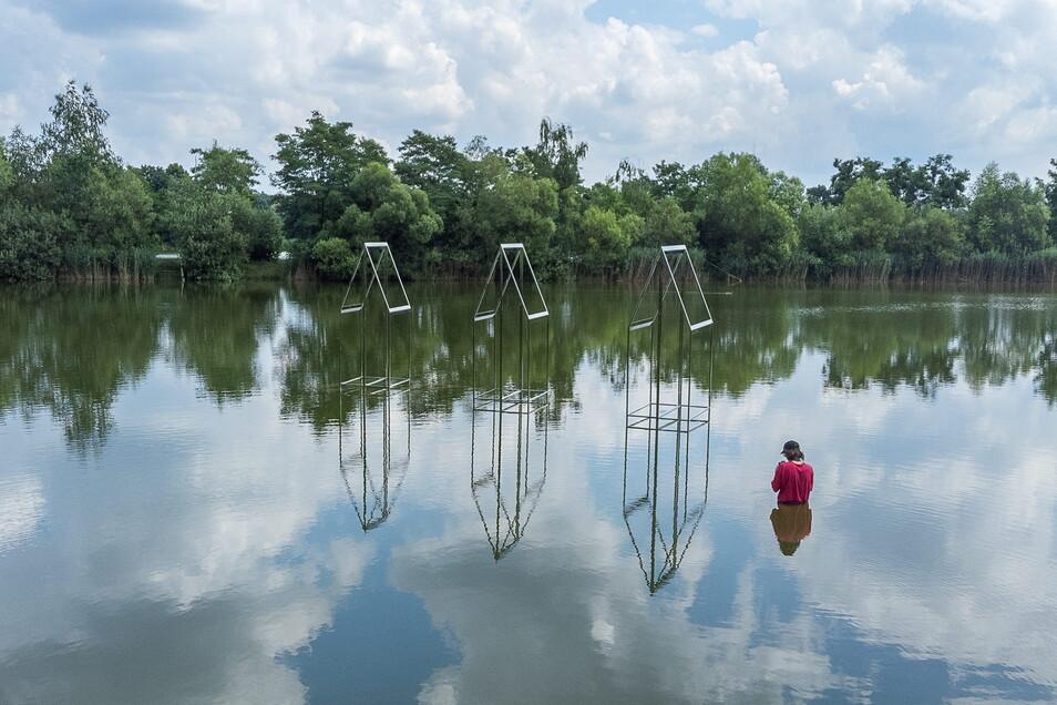 """Die """"Häuser"""" von Susanne Hopmann im Volksbad. DLRG-Taucher befestigten das Werk im Wasser. Wahrgenommen wird es aber kaum."""