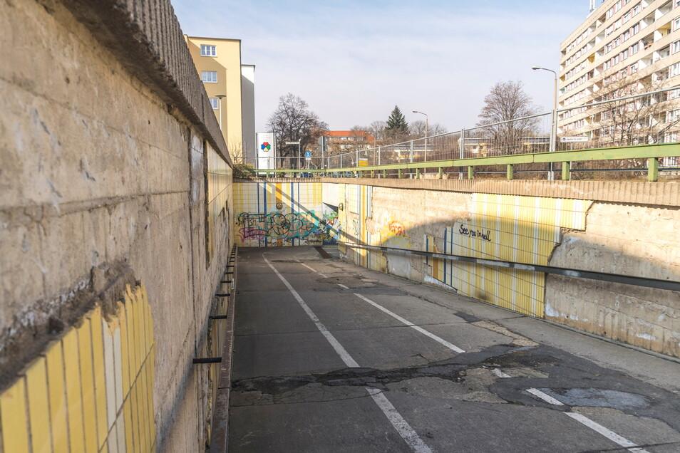 Der Zustand von Bodenbelag und Wandverkleidung des Tunnels sorgt für Kritik.