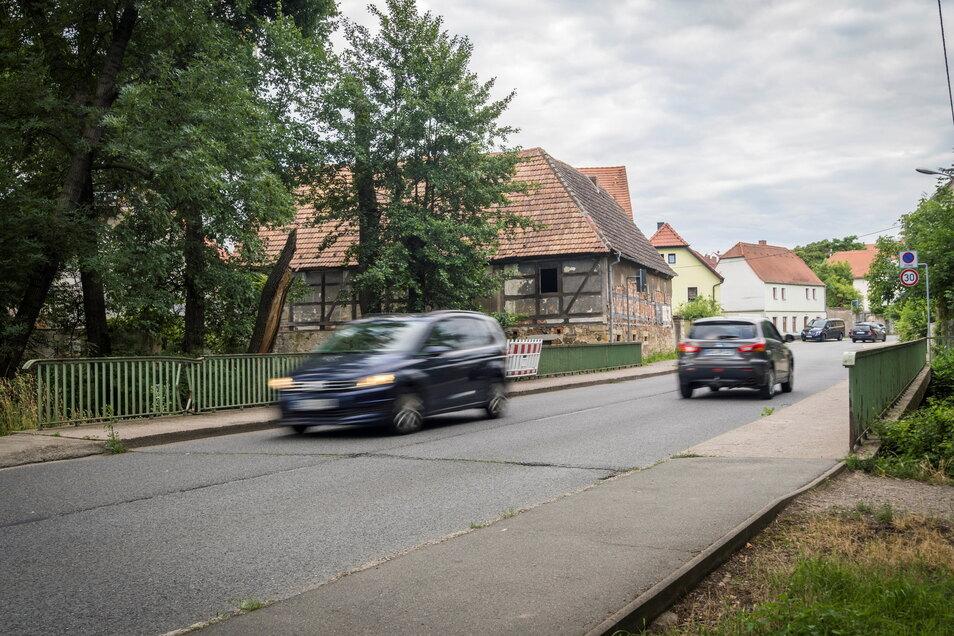 Auf der Brücke neben der Röhrbornmühle ist viel los: Über die Großenhainer Straße wird der Verkehr wegen des Brückenbaus bei Poppitz umgeleitet. Nun stehen aber auch an der Röhrbornbrücke selbst Bauarbeiten an – halbseitige Sperrung inklusive.