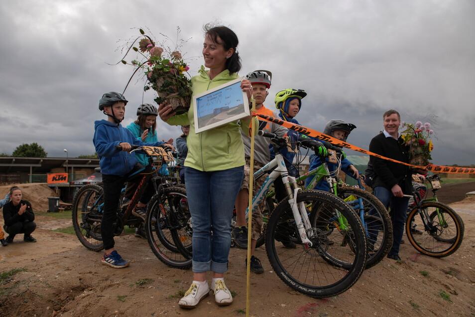 Manja Kleiner eröffnet die neue Crossstrecke für die Kinder im Großenhainer Ortsteil Uebigau.