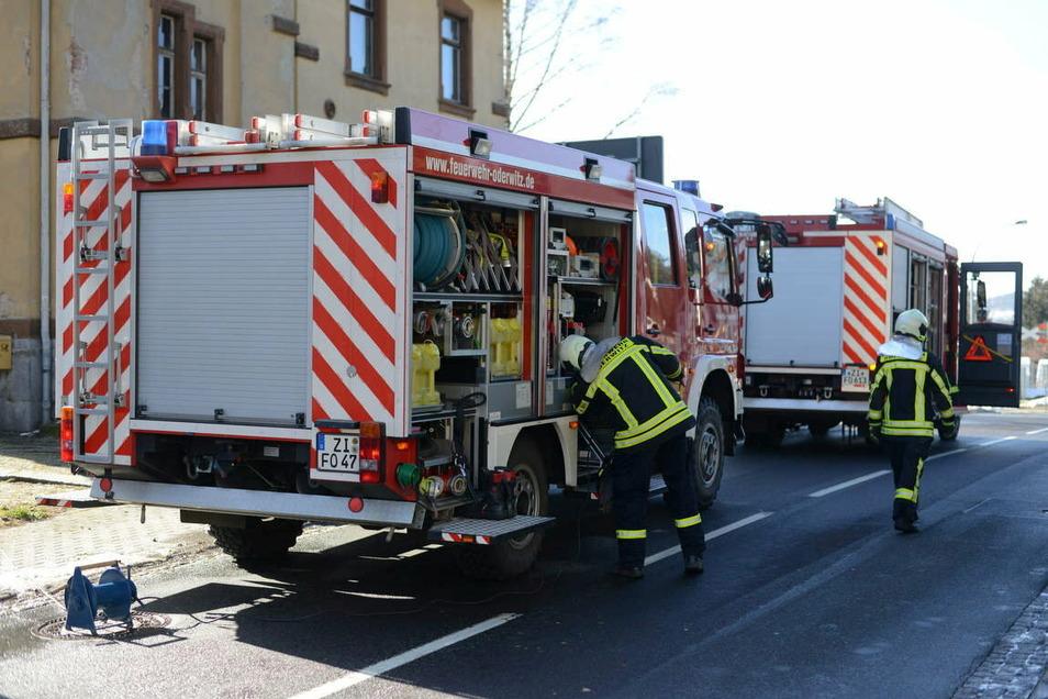 16 Kameraden der Oderwitzer Feuerwehr pumpten einige Tausend Liter Wasser aus dem Keller.