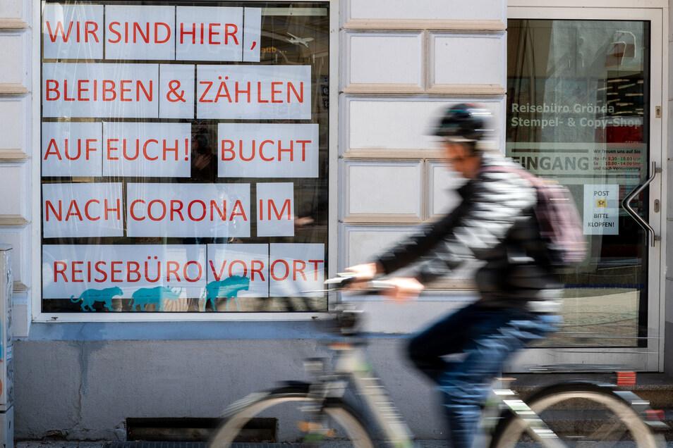 Wochenlang mussten wegen der Corona-Pandemie Reisebüros in ganz Deutschland geschlossen bleiben, hier ein Eindruck aus Schwerin. Mittlerweile dürfen kleine Geschäfte wieder öffnen - aber Hotels und Gastronomiebetriebe bleiben weiter dicht.