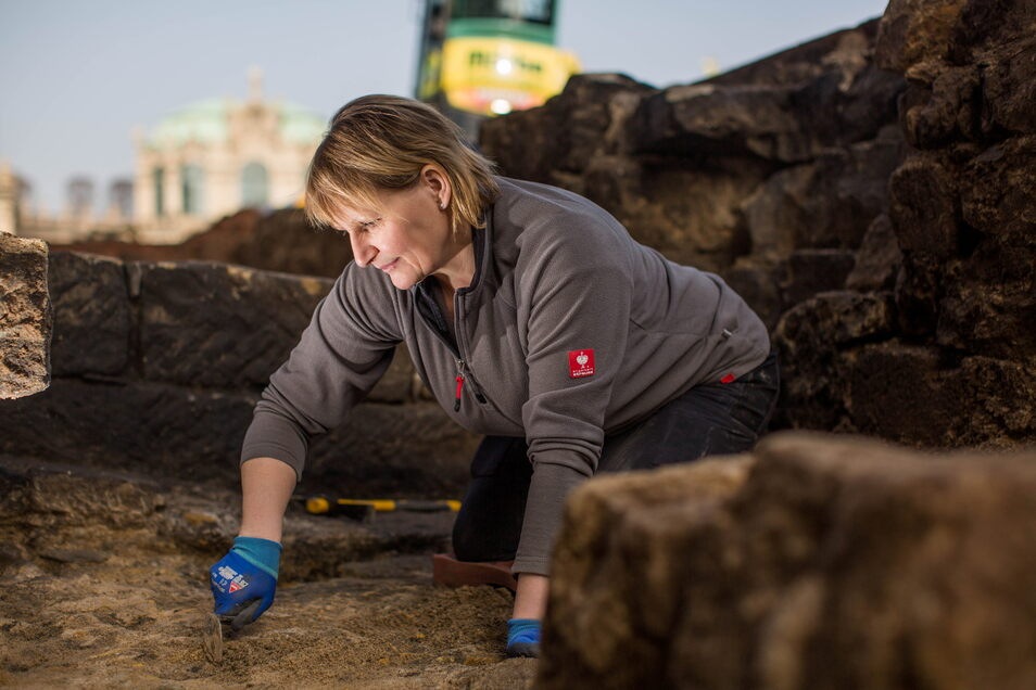 Direkt vor der Bogengalerie der Porzellansammlung legte Katrin Ruffani historische Sandsteinmauern frei.