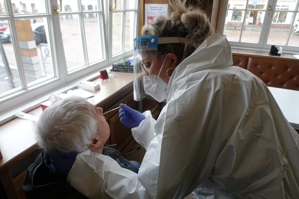 Andrea Reiche von der Stadtverwaltung nimmt eine Probe für einen Test mit einem Wattestäbchen in der Nase eines Döbelners ab. Mehr als 50 haben diese Möglichkeit am ersten Tag genutzt.