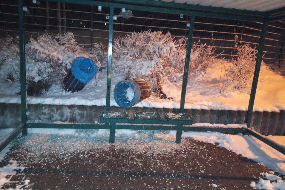 In Wilthen haben Unbekannte am vergangenen Wochenende die Wetterschutzverglasung einer Bushaltestelle zerstört - und noch mehr Schaden angerichtet.