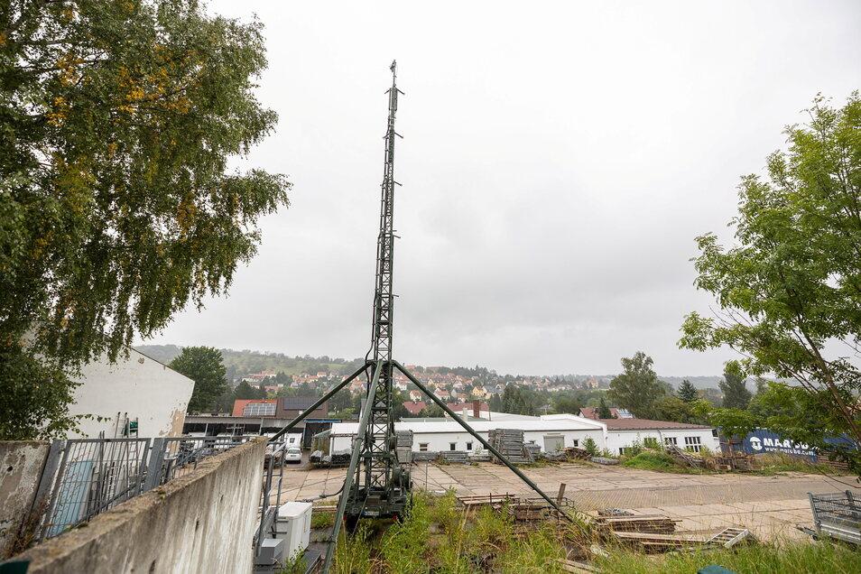 Bisher steht der Mast in einem Firmengelände nahe der Wurgwitzer Grundschule. Der Standort liegt deutlich dichter an der Wohnbebauung.