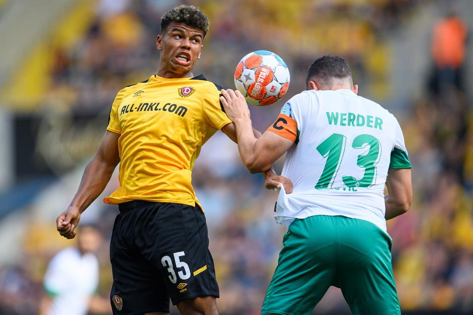 Die Haltungsnoten stimmen bei Ransford-Yeboah Königsdörffer, hier im Kopfballduell mit Milos Veljkovic.