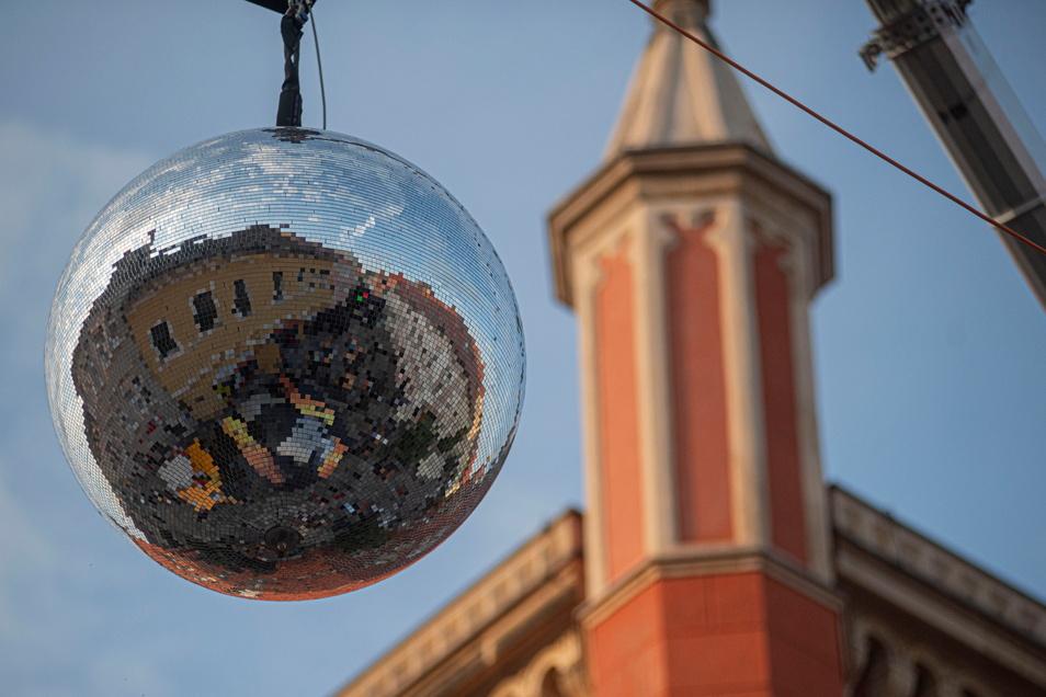 Spiegelkugel am Emilia mit dem Kamenzer Rathaus Foto: Rene Plaul